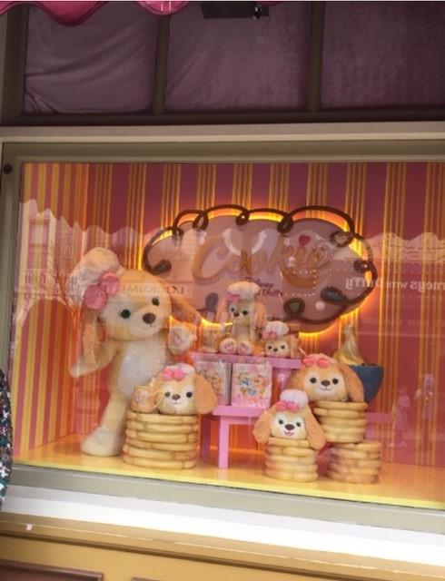 香港ディズニーランドのDuffy And Friendsのショップの前で