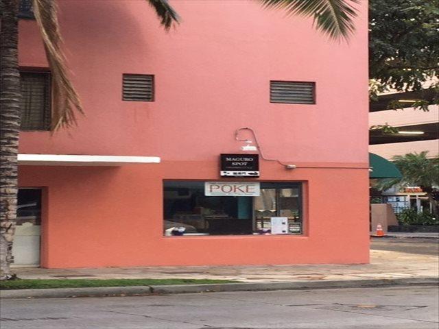 ホテル前のクヒオ通りに面したマグロ海鮮丼ぶり屋
