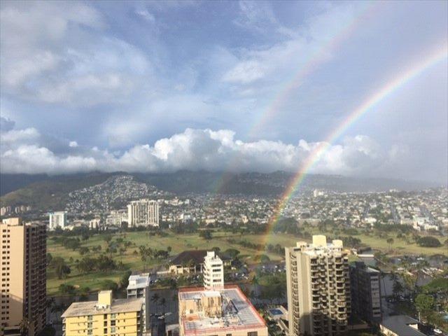 ホテルの窓から雄大な山々や街並みを眺める