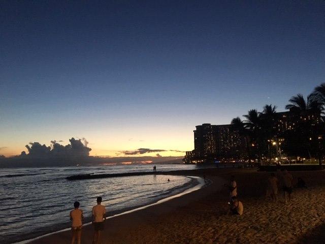 ワイキキビーチでサンセットを眺める