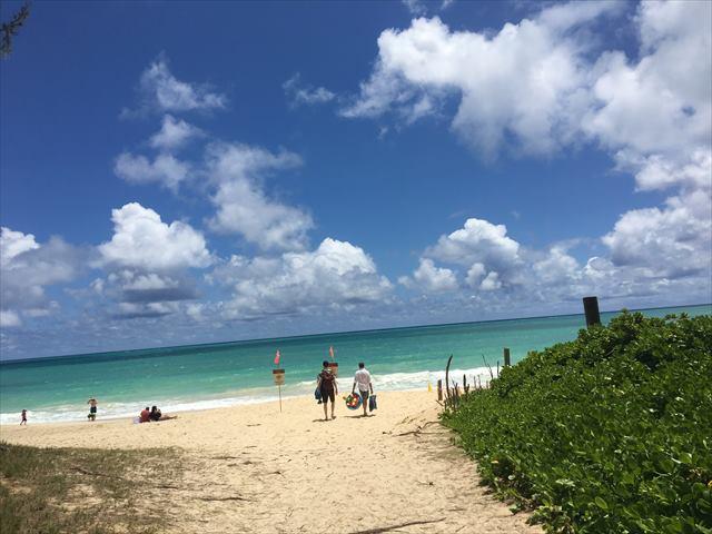 木々の間から突然目の前に現れたビーチ