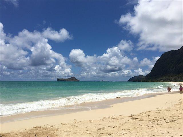 空と海と雲と山と砂浜の素晴らしいコントラスト