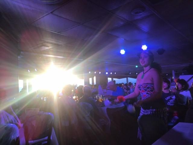 サンセットの光がダンスを盛り上げる